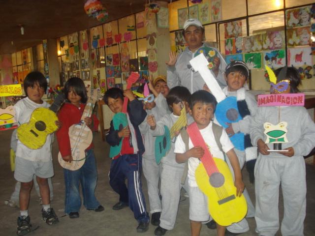 Die Kinder präsentieren in einer Ausstellung die Werk- und Handarbeiten, die sie übers Jahr angefertigt haben.