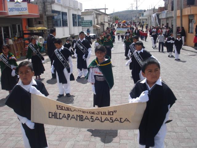 Die Schulkinder von Salasaca nehmen begeistert an einem Festumzug der Dorfgemeinschaft teil.